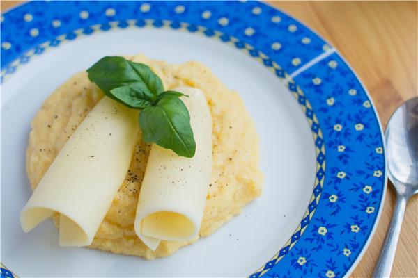 foodiesfeed.com_italian-corn-polenta-cheese-basil.jpg